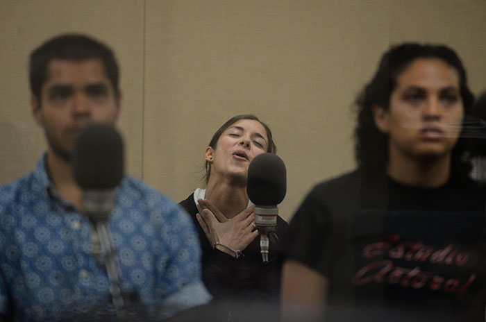 Alma López, actriz que encarna a Chepa, en plena grabación. (Ricardo Alcaraz/Diálogo)