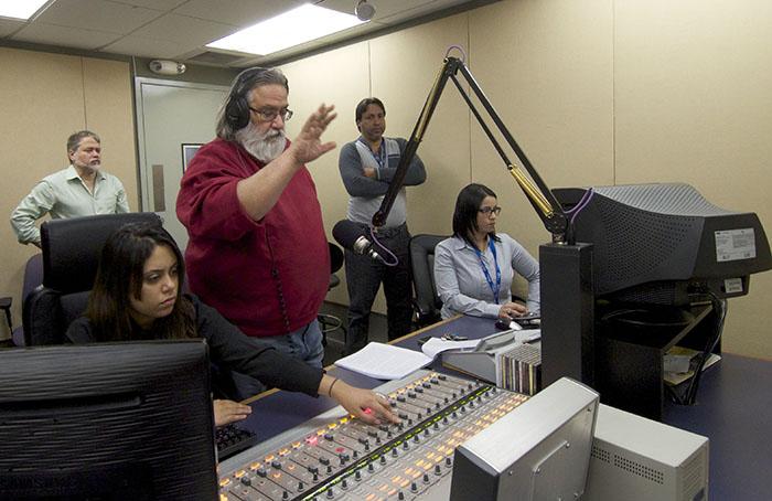 El director radial Roberto Ramos Perea imparte instrucciones. (Ricardo Alcaraz/Diálogo)