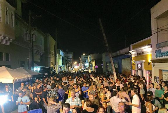 """Imagen de 2015 de actividad festiva frente a Tijolo's. """"Lo que nosotros hacemos acá es muy importante, porque nosotros contribuimos todo de forma local"""", dijo Otero, administrador del negocio. (Facebook)"""