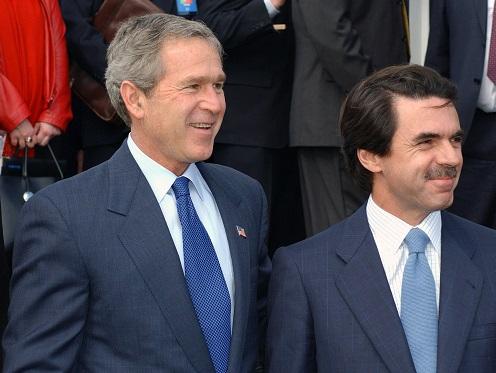 A la derecha, José María Aznar, a quien Tote King y Shotta le dedicaro el tema 'Bigote de la Ponderosa'. A la izquierda, George W. Bush, a quien también le han dedicado temas de rap en español, como mostramos más abajito. (Wikicommons)