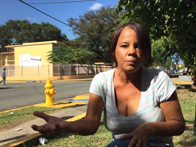 Marta García, quien reside en Luis Llorens Torres, tiene una deuda de nueve mil dólares con la AEE. (Ronald Ávila/Diálogo)