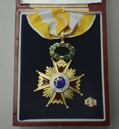 La condecoración de la Orden de Isabel la Católica en grado de Encomienda.(Ricardo Alcaraz/Diálogo)