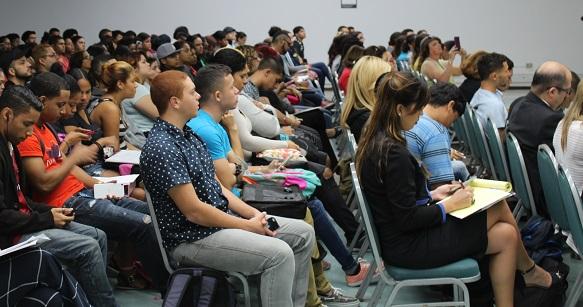 Fueron muchos los estudiantes que se dieron cita en la conferencia. (Antonella Vega / Diálogo)