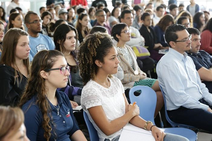 Más de un centenar de estudiantes de la UPRB participaron de la conferencia. (Suministrada)