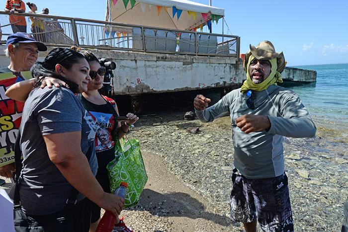 Tito Kayak junto a Clarisa López, hija de Oscar López Rivera. (Ricardo Alcaraz/ Diálogo)