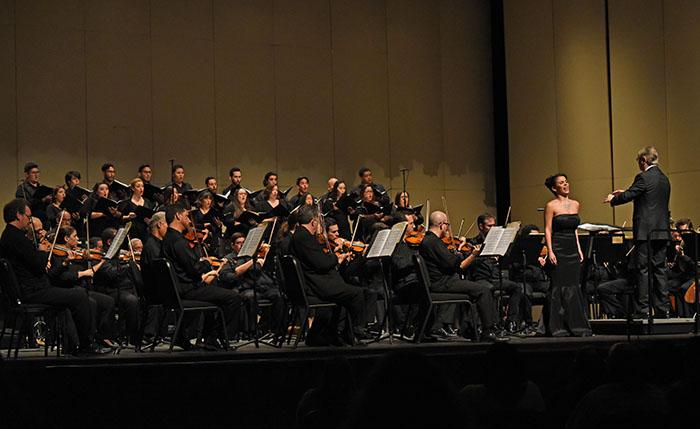 La joven soprano Meechot Marrero interpretó la cantata para Santa Teresa, Muero porque no muero, que le mereció una ovación de pie. (Ricardo Alcaraz/Diálogo)