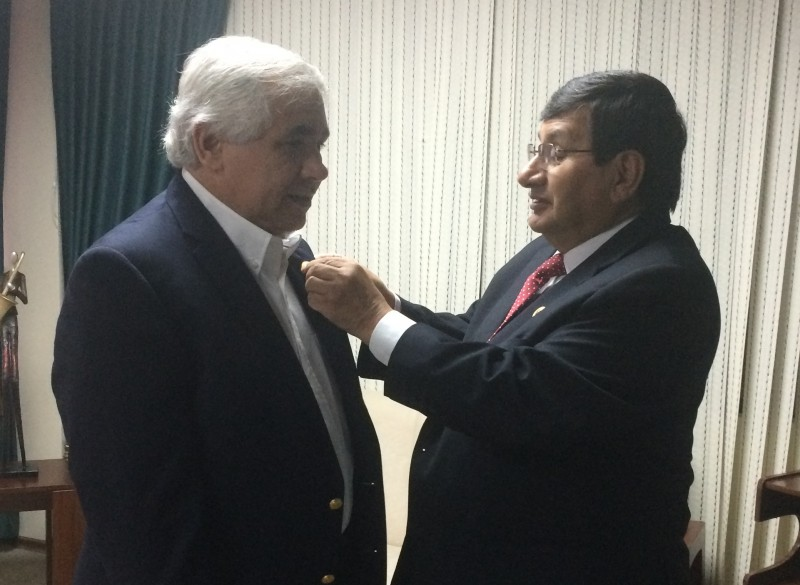 Dr. Hiram Arroyo recibe reconocimiento en Ecuador.