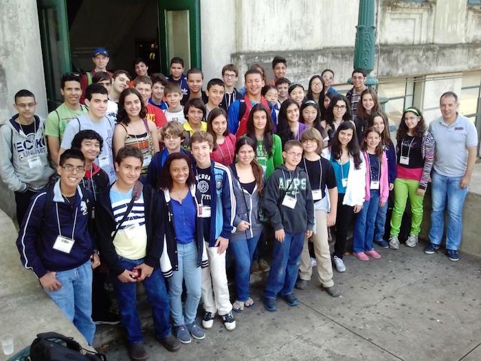 Dr. Luis Cáceres (extrema derecha) con estudiantes en campamento OMPR