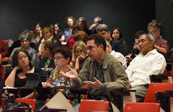 El profesor Jorge Giovanetti dirigiéndose a los miembros del comité de la MSCHE, en pleno con los profesores del recinto riopedrense. (Ricardo Alcaraz/Diálogo)