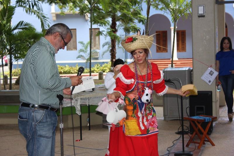 """Richard Román leyó el cuanto """"Valentina ya no dice mu"""", mientras la profesora de la UPRRP Mirabel Rodríguez, en su papel de la jíbara Gumersinda, lo dramatizó."""