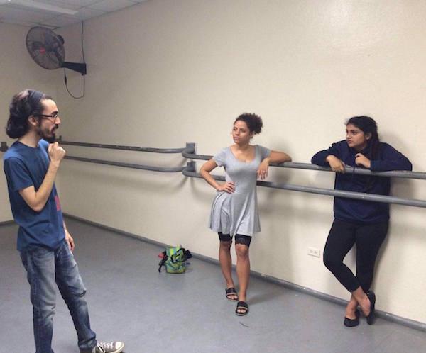 Omar Vélez dirige a sus actrices (Facebook)