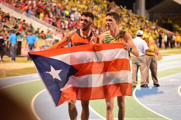 Víctor Santana y Wesley Vázquez comparten tras su espectacular encuentro. (David Pérez/ Diálogo)