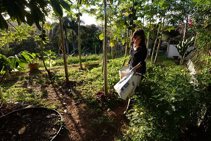 La-Quay mostrando el huerto de AgroCocina. (Ricardo Alcaraz/ Diálogo)