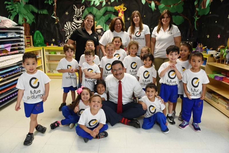 El Presidente de la Universidad de PR, Uroyoán R. Walker Ramos Visita y lee cuento a niños del Preescolar AC UPR. Foto por Ingrid Torres