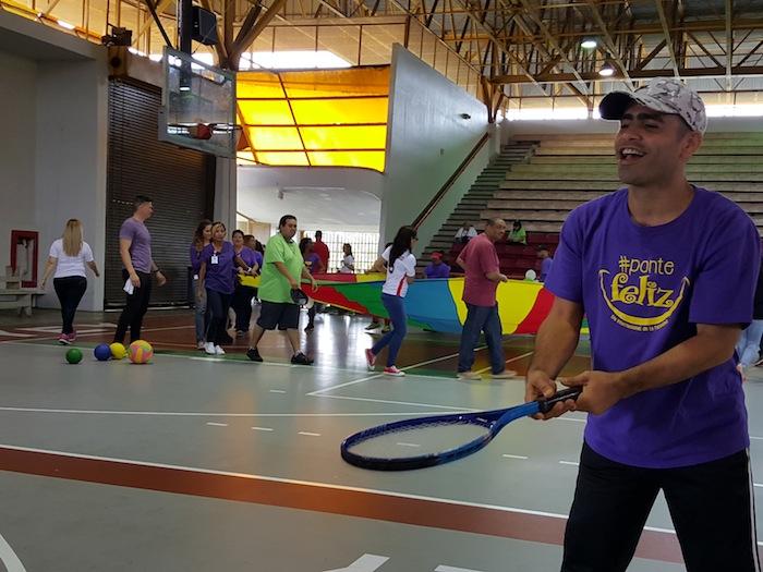 Roberto Torres participa en una de las estaciones de actividad física inclusiva en UPR-Cayey. (Suministrada)