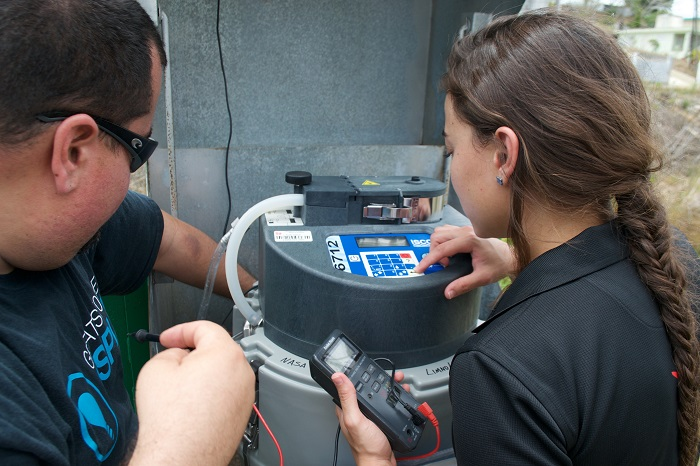 Estudiantes toman muestras de agua en una de las estaciones hidrológicas. (Suministrada)