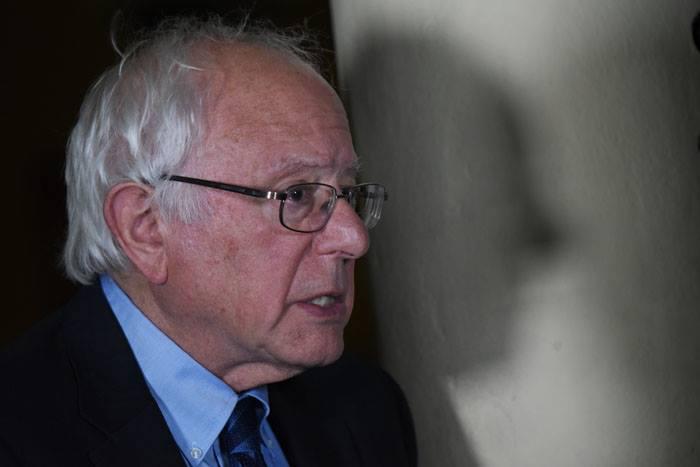 Apostado en una de las columnas del Teatro de la UPR de Río Piedras, Sanders conversó antes de participar del último evento de la jornada del lunes en la Isla. (Ricardo Alcaraz/Diálogo)