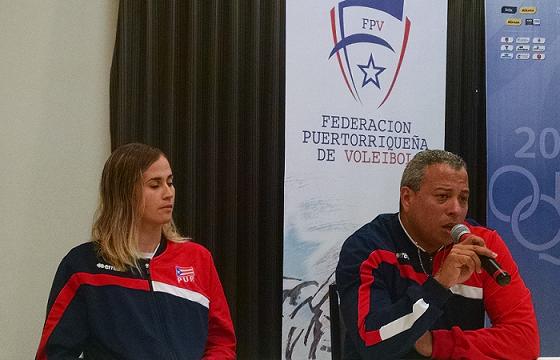 Juan Carlos Núñez habla durante la conferencia de prensa de ayer. Lo acompaña la capitana de la selección, Yarimar Rosa. (FPV)