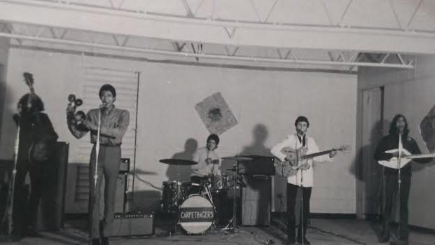 Aquí Los Carpetbaggers. ¿Qué quiénes son? Una banda de rock que alternó con una de salsa en el baile de graduación de Justo. (rockinpr.net)