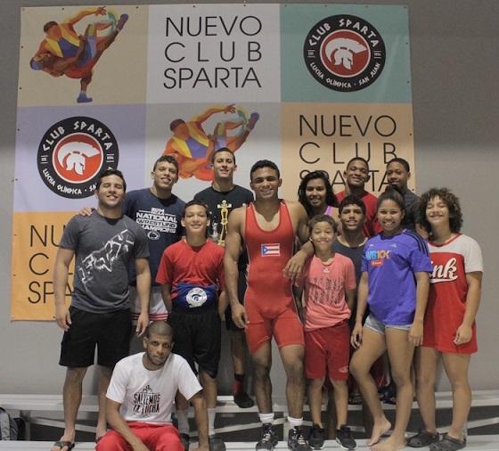 Franklin junto a parte del corillo del Club Sparta. (Adriana De Jesús Salamán - Diálogo)