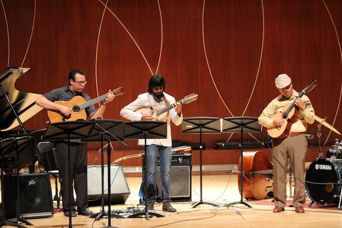 De izquierda a derecha José Carrasquillo, Pablo Hernández Mejías, y Ramón Vázquez interpretando la danza Infancia. (Deborah A. Rodríguez/ Diálogo UPR)