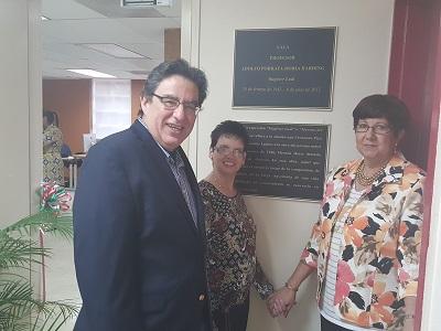 Mario Medina Cabán, rector de la UPR Cayey; junto a María Rivera Pérez, viuda de Porrata-Doria; y su hija mayor Rivka Porrata-Doria. (Suministrada)