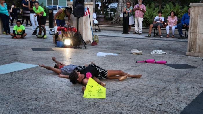 Parodia sobre el 'los roles femeninos' en el Semáforo Tour – Plaza Colón, Mayagüez (Foto: William A. McCormick Rivera)
