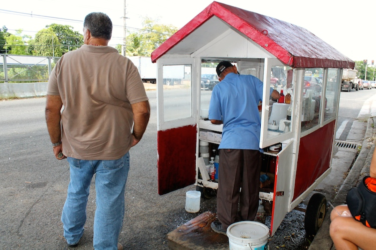 Don Justo preparando una piragua. (Michelle Estades/ Diálogo UPR)