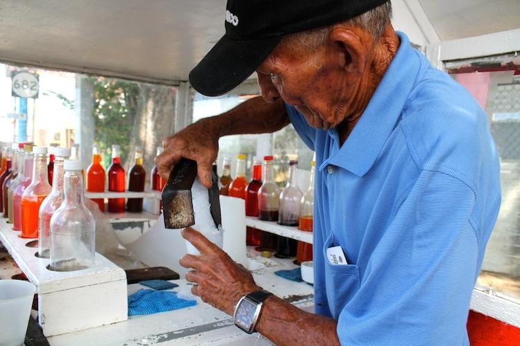 La barra de hielo que utiliza le cuesta $10.70 y vende las piraguas a $1.25. (Michelle Estades/ Diálogo UPR)