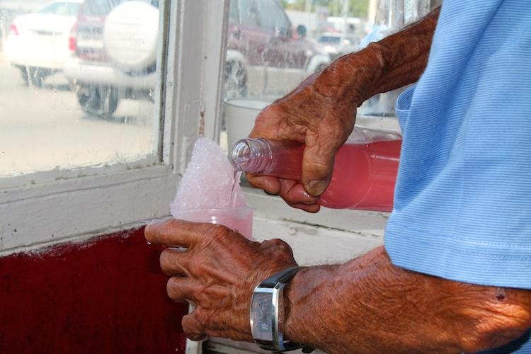 Don Justo es de los pocos piragüeros que prepara el sirope para las piraguas. (Michelle Estades/ Diálogo UPR)