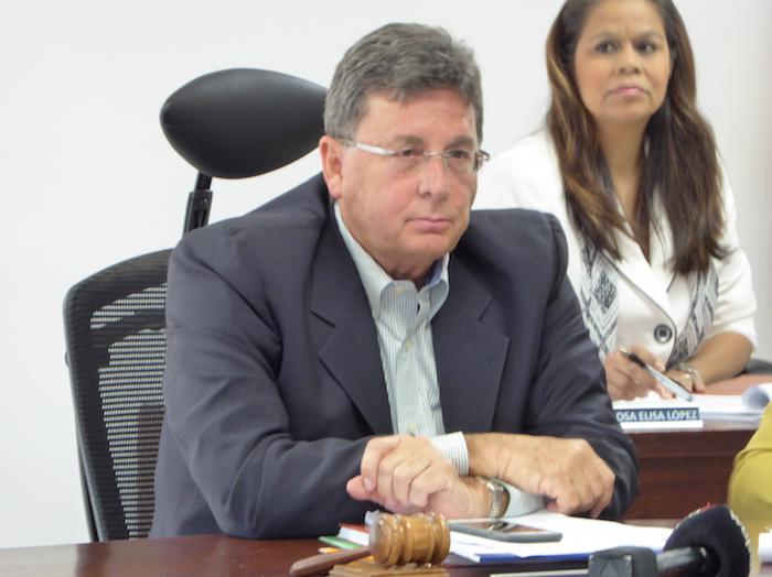 Pérez Díaz, contestando preguntas de la prensa. (José Encarnación/Diálogo)