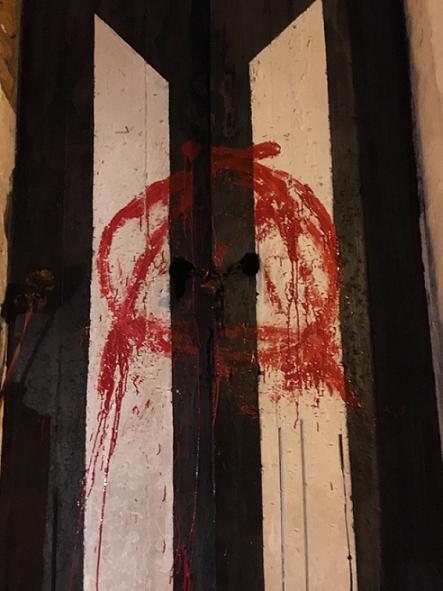 Imagen de esta madrugada que muestra la bandera de luto manchada de rojo. Vecinos la devolvieron al negro y blanco fúnebre. (suministrada: Juan Botta y Natalia Ibrahim)