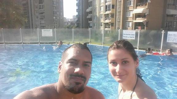 En la imagen, Melvin y Katerina buscan relajamiento durante la tarde del sábado, en una piscina del complejo de apartamentos en el que recibieron albergue. Allí llegaron tras llenarse de tanques de guerra la plaza Taksim, donde ubica el hotel en el que suponían quedarse. (Suministrada)