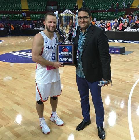 En esta imagen de red social, Ramos y Barea sonríen tras ganar el Centrobásket. Para Barea, el reto competitivo ahora es distinto en Serbia. Para Ramos, el mayor reto es fuera de la cancha, con los apoderados del BSN, el nuevo formato de clasificación FIBA y la estructura de entrenamientos del combinado patrio. (Facebook)