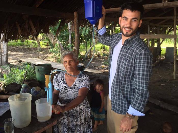 Melwin Pagán les enseña a los indígenas cómo utilizar los filtros de agua a base de carbón. (Suministrada)