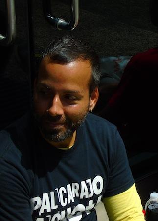 """""""Esto es lo que hay que hacer, llevarles la protesta, la incomodidad a sus propias oficinas"""", dijo el manifestante Amado Martínez Lebrón. (Perla Rodríguez - Diálogo)"""