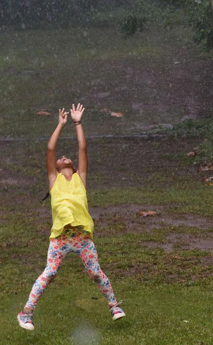 Celebrar la lluvia en el Caribe quizá siempre ha sido lo mismo que ganarle a la tristeza.