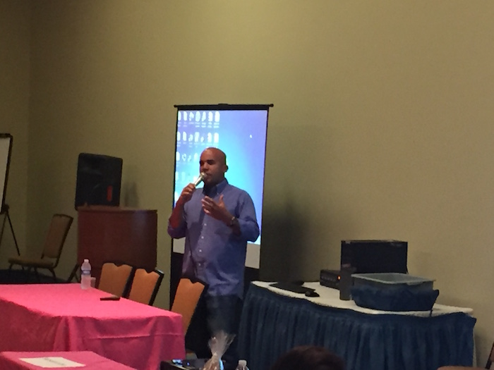 El chef Piñeiro explicó la importancia que tiene para los puertorriqueños el consumir productos locales. (Manuel Guillama/Diálogo)