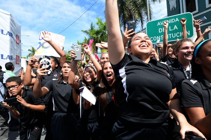 Luego de los saludos protocolares en Fortaleza y la Alcaldía de San Juan, los primeros en saludar fueron los estudiantes de la escuela José Julián Acosta. (Ricardo Alcaraz - Diálogo)