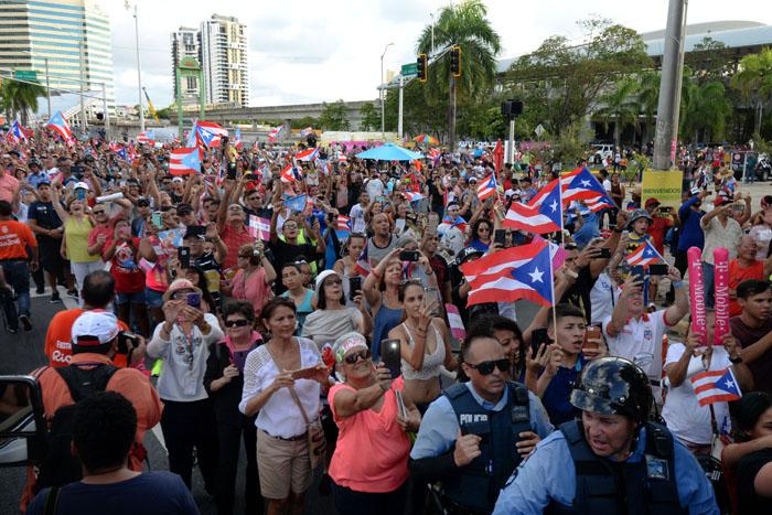 A la llegada, los esperaban muchos más conciudadanos, algunos con peculiares mensajes alusivos a la identidad nacional. (Ricardo Alcaraz - Diálogo)