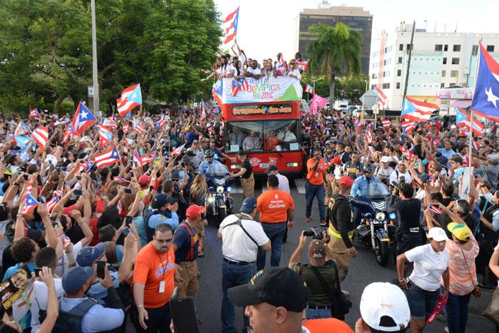 La caravana pasando por la calle San Jorge. (Ricardo Alcaraz - Diálogo)
