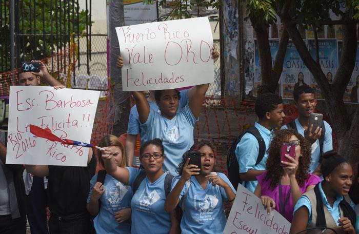 Estudiantes de la escuela José Celso Barbosa también vieron de cerca a los atletas. (Ricardo Alcaraz - Diálogo)