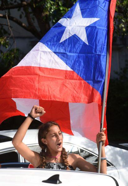 Júbilo y banderas, los grandes constantes de la caravana. (Ricardo Alcaraz - Diálogo)
