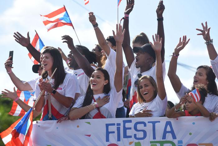 Los atletas olímpicos, mano en pecho, mientras músicos del Conservatorio tocaban La Borinqueña. (Ricardo Alcaraz - Diálogo)