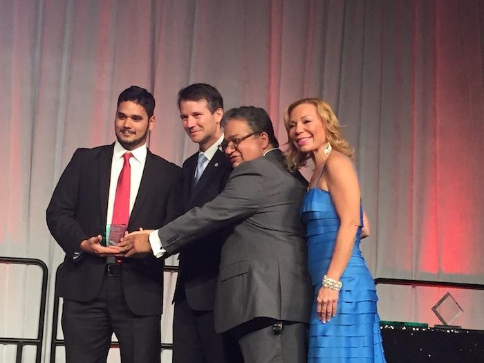 Emmanuel Estrada recibe su premio en la gala de la Asppro 2016. (Glorimar Velázquez/ Diálogo)