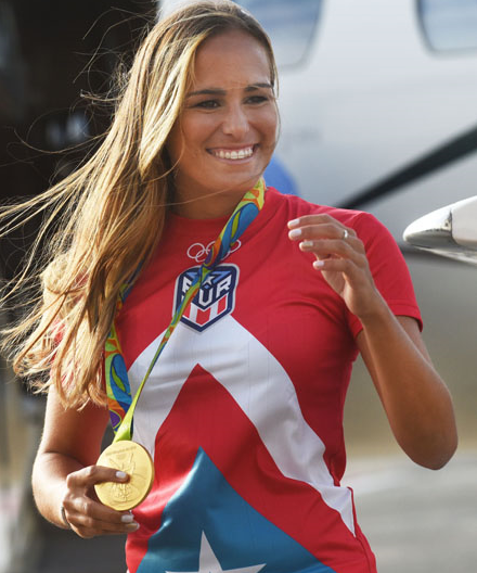 Su sonrisa brillaba igual o más que la propia medalla de oro. (Ricardo Alcaraz - Diálogo)