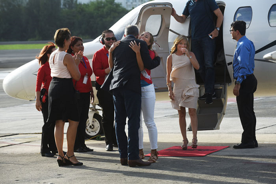 Alejandro García Padilla y su esposa Wilma Pastrana recibieron a la atleta al aterrizar el avión. (Ricardo Alcara - Diálogo)