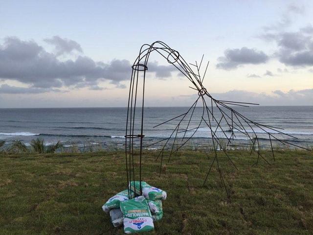 Imagen de la instalación artística que Tirado expuso en medio de la construcción de Puerta de Tierra. (Suministrada)