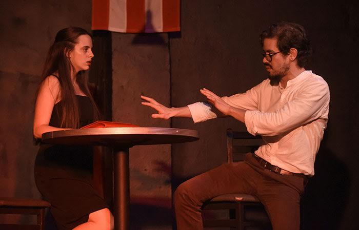 """En """"Cruda"""", escena escrita por Gabriela Saker, una mujer canibal y un joven nervioso acaban de conocerse."""