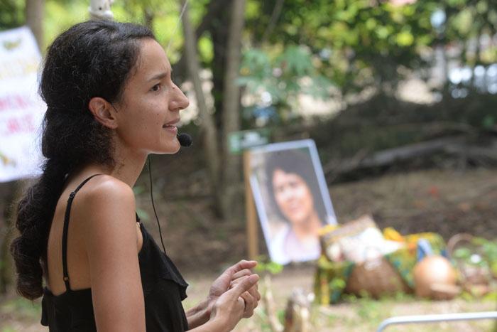 """Zúñiga Cáceres entiende que los niveles de impunidad en el estado hondureño harán difícil """"que paguen todos los verdaderos culpables del crimen"""" hacia su madre, Berta Cáceres, en el retrato al fondo. (Ricardo Alcaraz Díaz - Diálogo)Alcaraz Díaz)"""